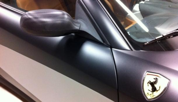 zowel de spiegels, dak als voor- en achterbumper werden in carbonfolie voorzien