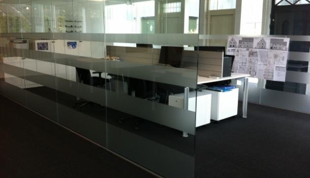 het volledige kantoorgedeelte werd voorzien door een zandstraalvinyl